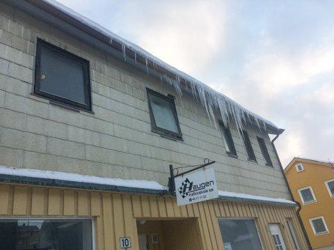 RETT OVER FORTAUET: Kjell Adolf Olsen eier denne bygningen i Vadsø sentrum som huser Haugen trafikkskole. Olsen sier til iFinnmark at han går umiddelbart i gang med å organisere fjerning av istappene, etter å ha blitt orientert om istappene av iFinnmark.