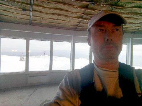 SATT FAST PÅ NORDKAPP-PLATÅET: Mossingen Tom Wangsholm har nå vært alene på Nordkapp-platået siden torsdag i forrige uke. Han kjørte hele veien fra Østfold torsdag for å utføre en jobb der oppe, men kommer seg ikke ned nå grunnet stengte veier.