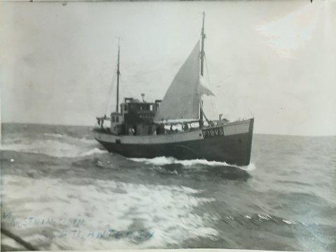 LANGTUR: På vei hjem fra Sør-Georgia fikk «Stein Odin» problemer med motoren. Men de var utstyrt med storseil, mesan og fokk, og seilte deler av turen. Bildet er tatt fra følgebåten «Rossfjord», 1952.