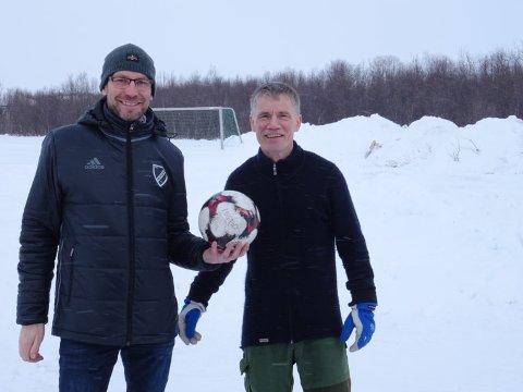 ØNSKER NY BANE: Kristian Isaksen og Frode Johnsen i Hesseng IL ser frem til en ny kunstgressbane ved flerbrukshallen på Hesseng, der det i dag ligger en ubrukt grusbane. Drømmen er å spille første kamp på kunstgress i 2020.