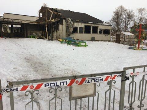 AVSPERRET: Politiets sperrebånd går rundt hele eindommen til det utbrente Røde Kors-bygget i Lakselv som huset SFO.