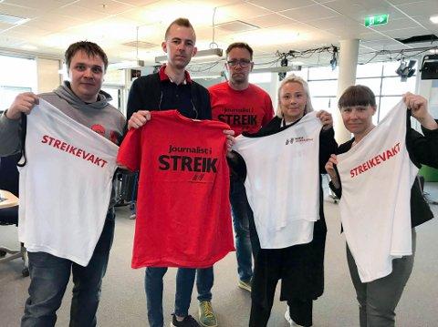 I STREIK: Erlend Hykkerud (fra venstre), Stian Strøm, Kenneth Strømsvåg, Anniken Pedersen og Marte Lindi ved distriktskontoret i NRK Finnmark er blant 27 i Finnmark som er tatt ut i streik. Foto: Privat