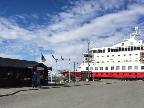 LEGGES NED: Totalt var det 13 ansatte ved bookingkontoret i Kirkenes i juni. Kontoret blir lagt ned 1. juli neste år.
