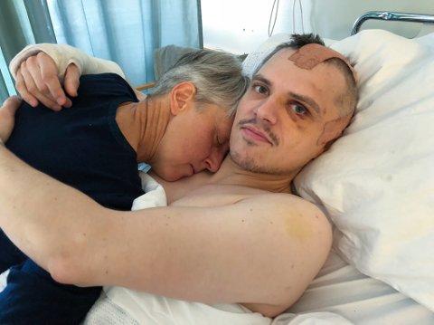 KJÆRLIGHET: Stijn er veldig glad for at han har moren sin med seg under sykehusoppholdet. Foto: Trond Ivar Lunga