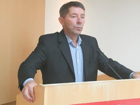 BRUKTE STORSLEGGA: Eksordfører Knut Roger Hanssen brukte storslegga mot de røde i kommunestyret, og mente de rotet bort pengene straks de kom til makta.