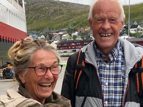 OVERRASKET PÅ KAIA: Bjørg og Joar Størdal ble møtt med norske flagg