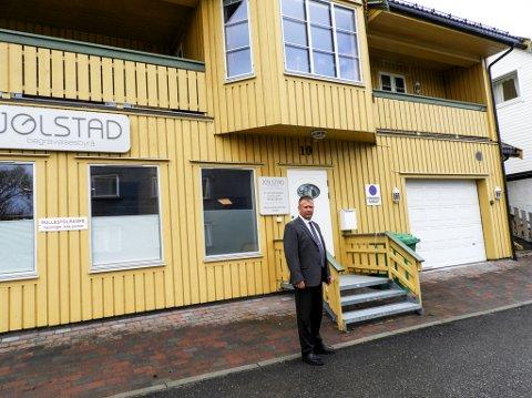 Pål Blix-Johansen jobber i første og bor i andre etasjen i det knallgule huset i Salsgata i Hammerfest.