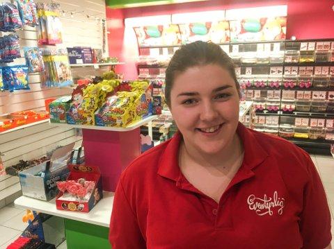 HÅPER Å BLI MED: Ansatt Inger-Johanne Olsen sier at det er flinke folk som jobber i Eventyrland-butikken i dag.