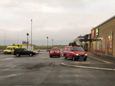 NØDETATENE PÅ STEDET: En person er død etter en hendelse ved Coop i Vadsø. Natt til søndag er nødetatene på stedet.