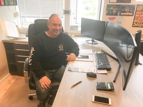 BEST BAK SKJERMEN: Det er voksne skjermer rørlegger Geir Kåven har på sitt kontor, for å holde oversikten over alle firmaene han er involvert i.