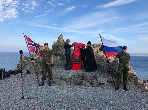 AVDUKING: Biskop Olav Øygard og Archbishop of Plesetzk Father Alexander avduker minnesmerke til heder for de falne partisanene under andre verdenskrig.