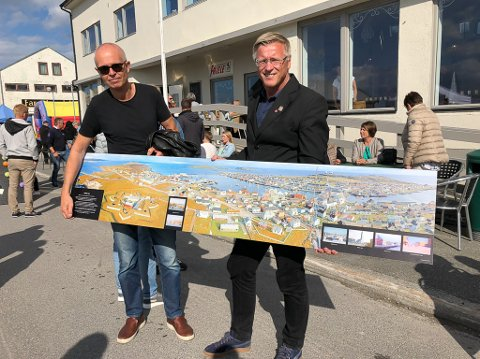 Gave til hjembyen: Pål Ytterstad (t.v.) flyttet fra Vardø som 10-åring. Nå er han tilbake med et minnerikt bilde som faren sto for i 1966. Her sammen med ordfører Robert Jensen.