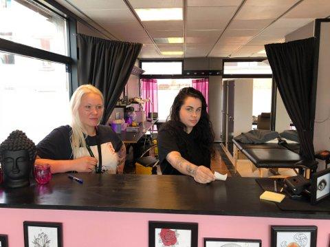 INNBRUDD: Innehaver Fay Ek og eier av Cerine`s Tattoo, Cerine Hammari Bjørnæs er irritert over innbruddet i tatoveringsstudioet Arctic Ink Tattoo i Alta natt til mandag.