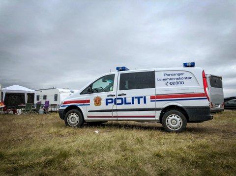 PÅ FESTIVALCAMPEN: En patrulje fra politiet var lørdag formiddag på Midnattsrockens festivalcamping.