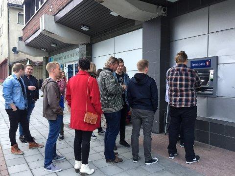 KAOS: Betalingsproblemer på byen skapte kø både inne og ute natt til søndag blant annet i Kirkenes.