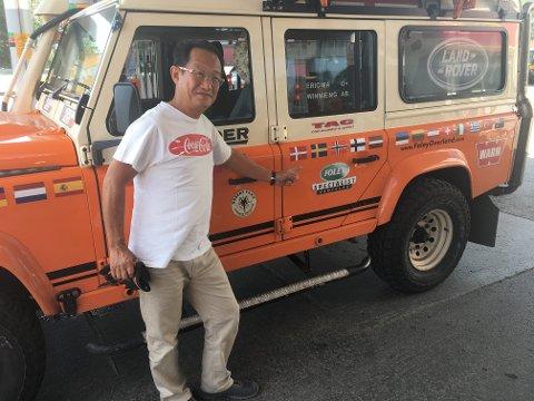 REISER VERDEN RUNDT I TERRENGBIL: Rikingen Eric Ma fra Hong Kong er på bilferie i Finnmark.