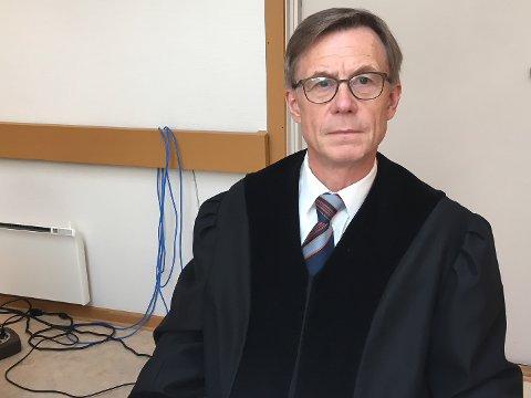 RETTENS ADMINISTRATOR: Sorenskriver Finn-Arne Schanche Selfors i Indre Finnmark tingrett og de to meddommerne har dømt en porsangermann til 5 måneders fengsel for familievold.