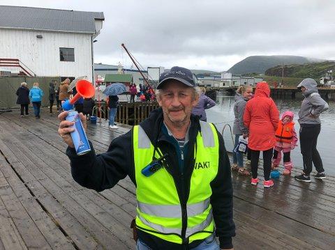 Jan Erik Bengtsson fra Havøysund Havfiskeforening blåser i gang Kveitefiske-VM.