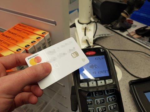 At en kortterminal fysisk støtter kontaktløst betaling, er ikke det samme som at den faktisk er aktivert. Noen er merket, andre er det ikke.