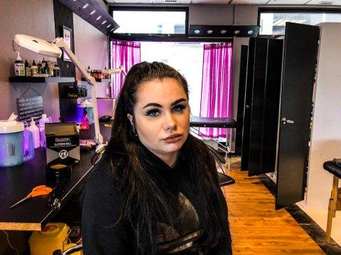 OPPGITT OG LEI: For andre gang på en uke opplever Cerine Hammarei Bjørnes at noen gjør innbrudd i tatoveringsstudiet Arctic Ink Tattoo i Alta. – Nå er jeg jævlig lei, fastslår hun oppgitt.