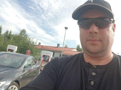 FORNØYD BILEIER: Jon Arne Pettersen er fonøyd bileier foran sin nye Tesla.
