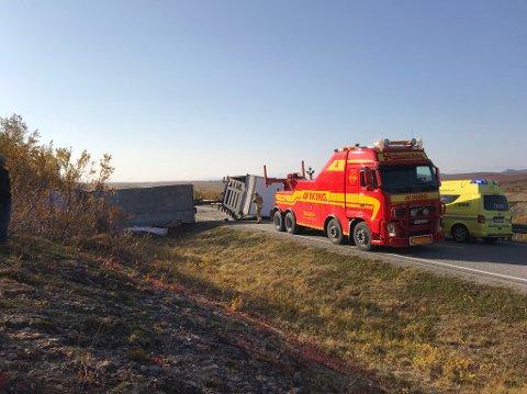 STENGER VEIEN: En trailer har veltet og sperrer E6 over Sennalandet. Foto: iFinnmark-tipser