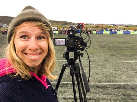 GIKK TIL SLUTT: Takket være god hjelp fra lokalbefolkningen, ble det ordentling sending fra fotballkampen mellomBerlevåg og Varanger onsdag denne uka. Ansvarlig redaktør i Finnmarken. Anniken Renslo Sandvik, gleder seg over all positiviteten lokalbefolkningen har bydd på den siste uka.