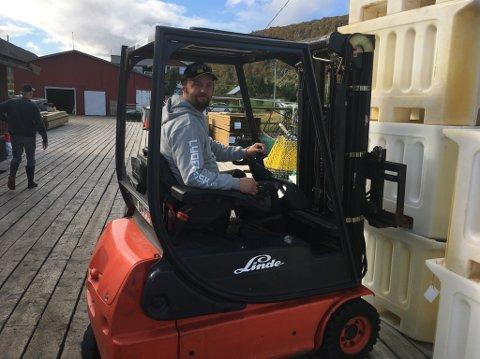 KRABBEKJØPEREN: Svein Vegard Lyder har tatt veien fra Veidnes til nervei for å kjøpe kongekrabbe.