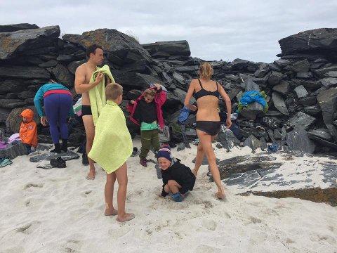 BOLYST OG SIKKERHET: Badehuset og den planlagte svømmeopplæringen vil ifølge Nordishavet badeklubb øke både trivselen og tryggheten for innbyggerne i fiskeværet Gamvik. Bildet viser noen av klubbens medlemmer på Flinta ved Gamvik.