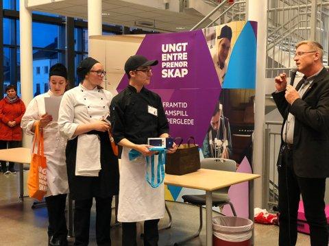 VANT: Mat 4 Life UB vant kokkekampen, og fikk gratulasjoner av Vardø-ordfører Robert Jensen.