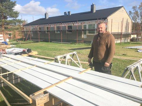 SNEKRER: Jon Petter Anti fra Karasjok er én av snekkerne som er i gang med rehabilitering av bygg på Porsangmoen.