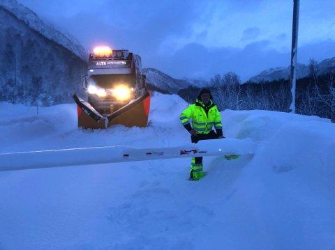 FASTE TIDER: Brøytesjåfør Åge Lampe informerte for noen år siden bilistene om at fresen hadde startet fra bommen ved Fossen. Nå skal Statens vegvesen innføre