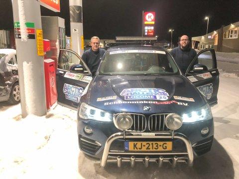 PÅ TUR MOT NORDKAPP: Gerrit Heeres (til venstre) og Arjan de Boer på tur til Nordkapp i sin firehjulsdrevne BMW.