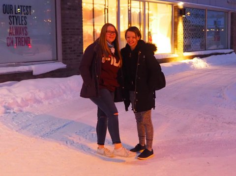FRYSER IKKE: Marie (16) og Christine (17) forteller at de ikke fryser på tross av bare ankler og småsko i minus 18.