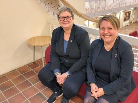 FORNØYDE DAMER: Både rådmann Bente Larssen og ordfører Aina Borch er godt fornøyde med at fødselstallene i Porsanger er på tur oppover igjen etter fjorårets lave fødselstall.