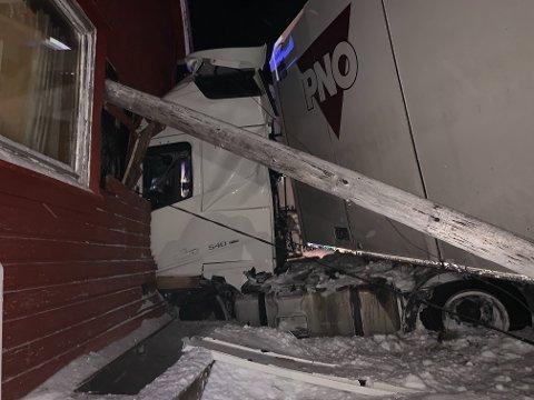 ØDELAGT: Et hus i Krampenes må kondemneres etter at et utenlandsk vogntog kjørte inn i stueveggen i helga. Sjåføren er siktet for brudd på vegtrafikkloven.