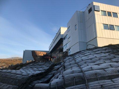 ARBEIDSUHELL: Sprengmatten kalte ikke å holde steinmasse tilbake da entreprenør sprengte ved Nordkapp videregående skole.