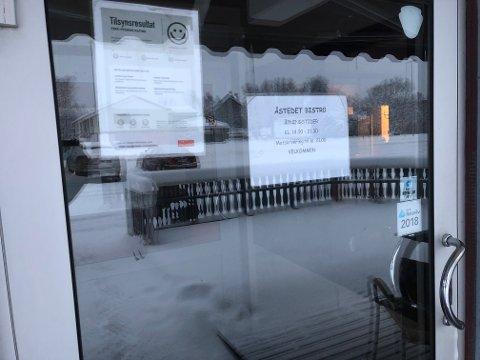STENGER I DAG: Foreløpig har det ikke kommet opp skilt om at døra er stengt. Men Åstedet lukkes i dag som et resultat av konkursen i Porsanger vertshus AS.