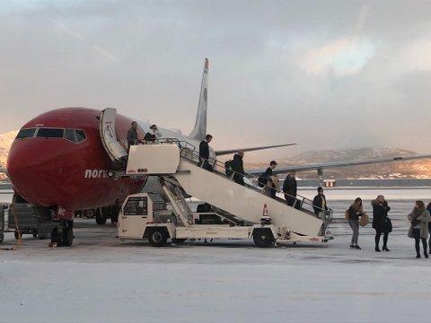 Passasjerer forlater flyet fra Oslo, som måtte mellomlande i Kiruna på vei til Alta for å fylle drivstoff.
