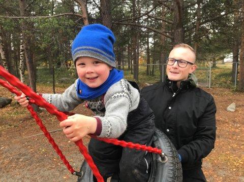 FAR OG SØNN: Torsdag ble det markert at Alta kommune har fått sin første samiske barnehage i  Guovddáš mánáidgárdi. Ailo Matteo (3) og pappa Matias Isaksen med dissa.