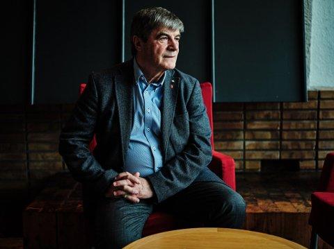Alf Einar Jakobsen takker av etter 20 år som ordfører. Fotografert i og utenfor rådhuset i Hammerfest tirsdag.
