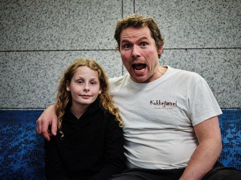 SKRIVER OM HVERDAGEN: Det er hverdagen som har vært det viktigste på Asbjørn Sandøys blogg de siste månedene. Her er han avbildet med sin 11 år gamle datter under et Oslo-besøk i høst.