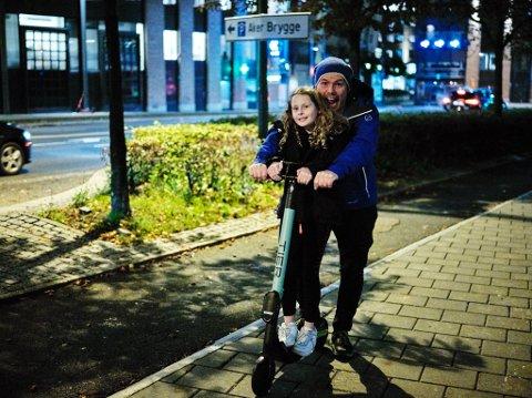 Asbjørn «Kokkejævel» Sandøy sammen med «Datter» på sparkesykkel på Aker brygge i Oslo. Sandøy forteller at han aldri bruker det ekte navnet på datteren i sine bloggposter.