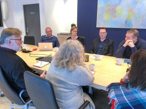 """""""NEBBER"""": Tonen mellom ordfører Jan Olsen i Nordkapp og FeFos styreleder Bente Haug (sittende med ryggen til) var lettere amper under dialogmøtet i Lakselv torsdag."""