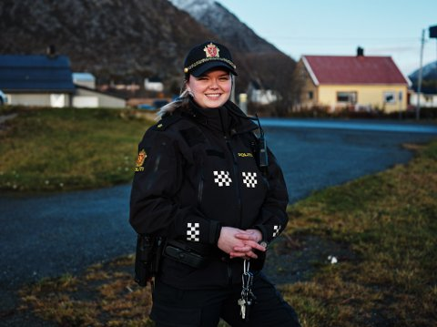 EN AV TO: Politibetjent Marte Haugen (25) er en av to politibetjenter i Hasvik.