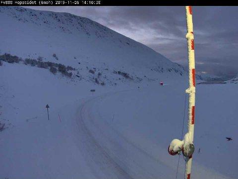 VINTEREN ER HER: Meteorologene advarer mot mye kulde og en del snø de neste dagene. Bildet er tatt onsdag på vei opp Ifjordfjellet.