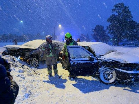 På ulykkesstedet snør det store mengder tirsdag ettermiddag.