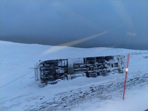 VINDFULT: Meteorologene venter i framtiden mer av den type ekstremvær, som for eksempel blåste denne lastebilen av veien tirsdag. Illustrasjon.
