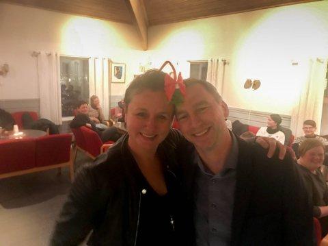 DELTE UT: Regiondirektør Trond Hanssen i Sparebank1 Nord-Norge delte onsdag ut penger fra Samfunnsløftet til daglig leder Grete Rugland og Veiledningssenteret foir pårørende i Nord-Norge.