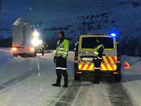 GLATT FØRE: Veien er glatt og sikten dårlig flere steder i Finnmark tirsdag, særlig i høyden. En del tungtrafikk endte av veien og trengte berging. Bildet er fra Elvenes i Sør-Varanger, hvor en lastebil måtte få hjelp etter å ha sklidd og sperret ett felt.